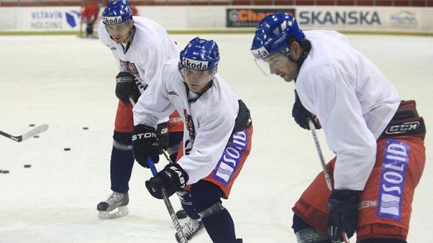 Vlevo Petr Kumstát a Jiří Hudler na tréninku hokejové reprezentace