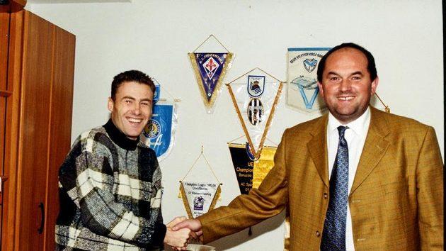 Snímek starý deset let - tehdejší letenský manažer Miroslav Pelta (vpravo) právě ulovil Pavla Hapala jako posilu pro Spartu.