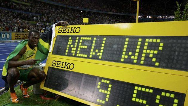 Jamajský sprinter Usain Bolt s výsledkovou tabulí, na níž je jeho nový světový rekord ve sprintu na 100 metrů