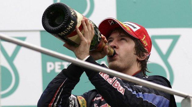 Německý pilot formule 1 Sebastian Vettel se raduje z vítězství ve Velké ceně Malajsie.