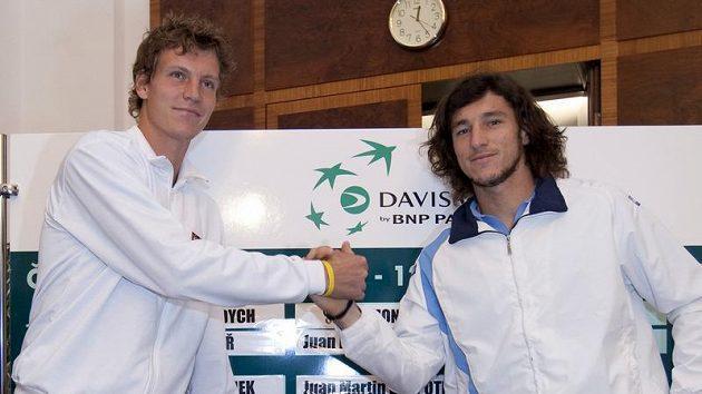 Tenisté Tomáš Berdych (vlevo) a Juan Monaco z Argentiny při losování čtvrtfinále Davisova poháru