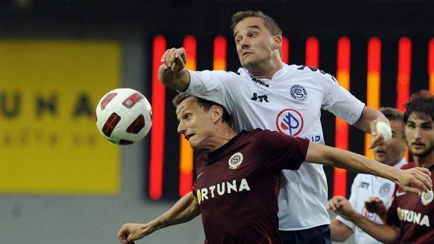 Igor Žofčák ze Sparty v souboji s Petrem Švancarou ze Slovácka.