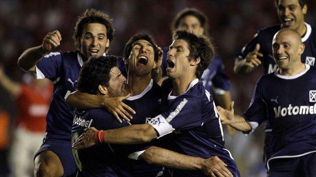Fotbalisté Independiente se radují z vítězství.