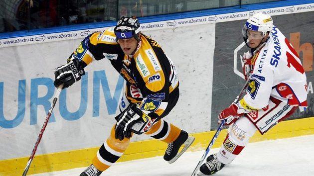 Hokejista Jiří Šlégr z Litvínova (vlevo) pronásledován slávistickým útočníkem Romanem Červenkou