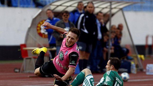 Mladoboleslavský Bořil padá přes střížkovského Grznára v loňském prvoligovém zápase.