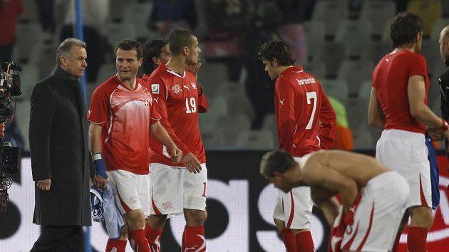 Švýcarský trenér Ottmar Hitzfeld (vlevo) se svými hráči.