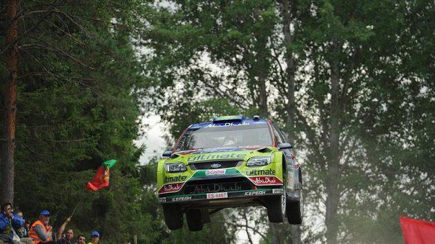 Jari-Matti Latvala s vozem Ford Focus WRC na trati Finské rallye.