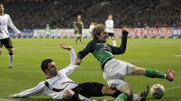 Fotbalista Werderu Brémy Marko Marin bojuje o míč s Georgiosem Tzavellasem (vlevo) z Eintrachtu Frankfurt.