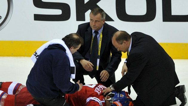 Obránce Radek Martínek leží otřesený na ledě