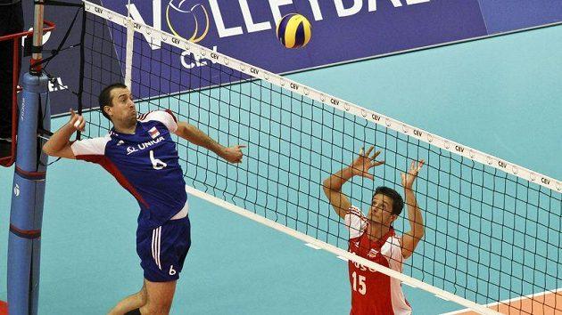 Petr Konečný (vlevo) smečuje nad sítí v utkání proti Polsku.
