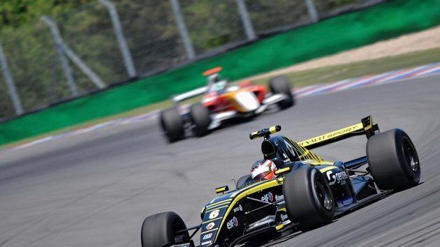 Jan Charouz při závodu Světové série Renault na brněnském Masarykově okruhu.