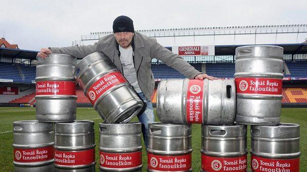 Tomáš Řepka získal jako Osobnost Gambrinus ligy 2009 sudy piva, které věnuje sparťanským fanouškům.