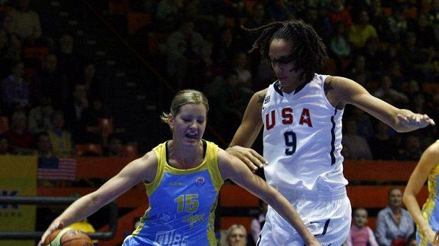 Eva Vítečková z USK v souboji s Grinerovou z USA v přípravném utkání.