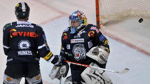 Liberecký Jiří Hunkes (vlevo) míjí brankáře Marka Pince, který inkasoval branku v utkání proti Pardubicím.