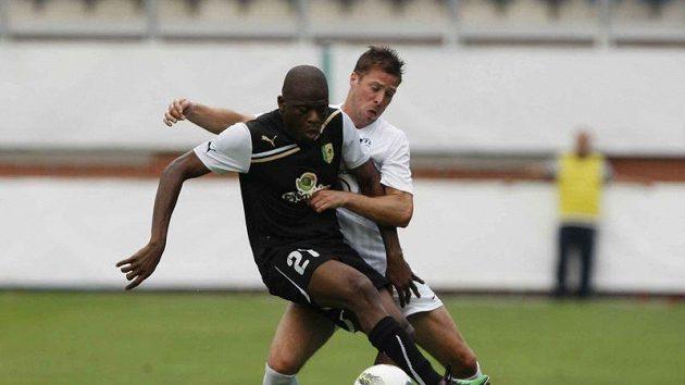 Hráč Larnaky Priso si kryje míč před Radkem Šírlem z Mladé Boleslavi