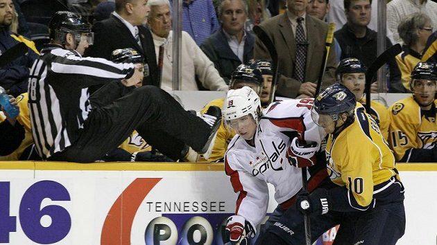 Martin Erat (vpravo) bojuje u hrazení s Nicklasem Backströmem z Washingtonu.
