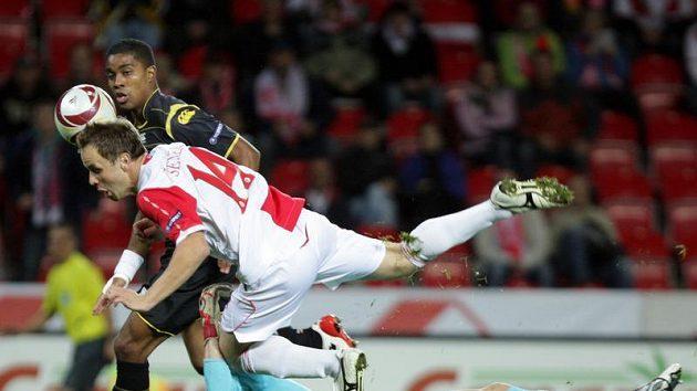 Zdeněk Šenkeřík je faulován gólmanem Ludovicem Butellem z Lille.