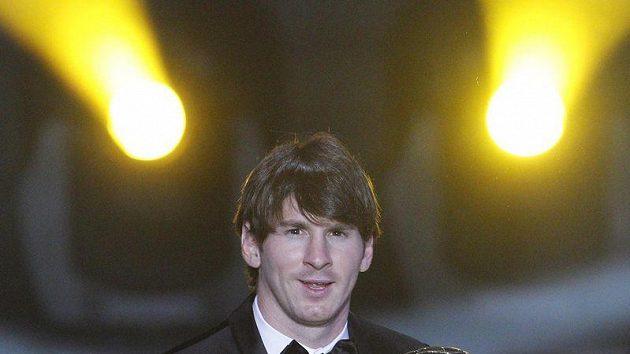 Argentinský fotbalista Lionel Messi se Zlatým míčem FIFA za rok 2010