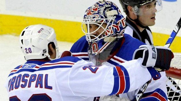 Radost hokejisty Václava Prospala a brankáře Henrika Lundqvista z vítězství NY Rangers v derby nad New Jersey.