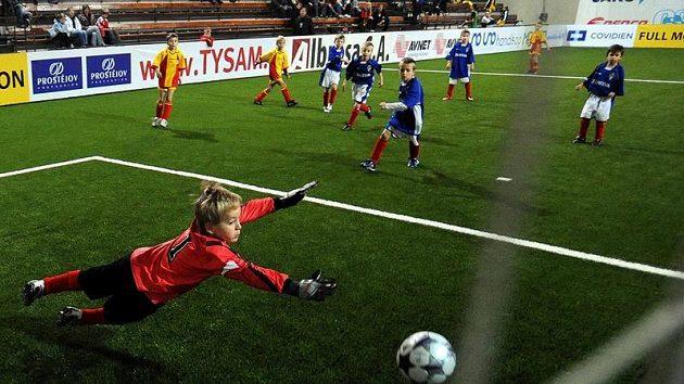Momentka ze zápasu přípravky Tempa proti Viktorii Žižkov (v modrém).