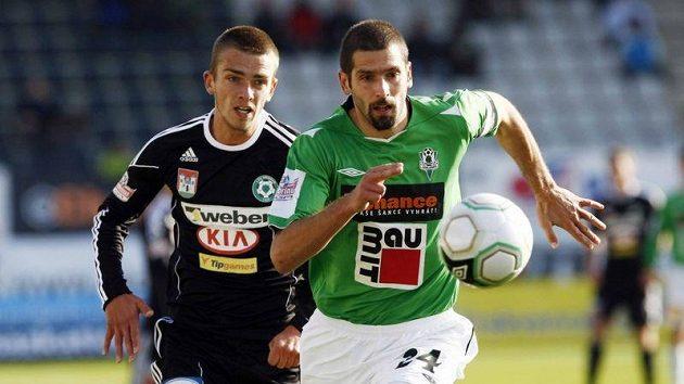 Jablonecký Petr Pavlík běží za míčem sledován příbramským Milanem Jurdíkem.
