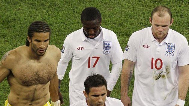 Zklamaní Angličané na čele s Frankem Lampardem opouštějí v pátek večer arénu po bezbrankové reméze s Alžírskem.