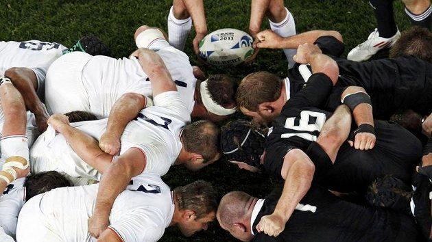 Ragbisté Nového Zélandu (v černém) porazili ve finále MS Francii.
