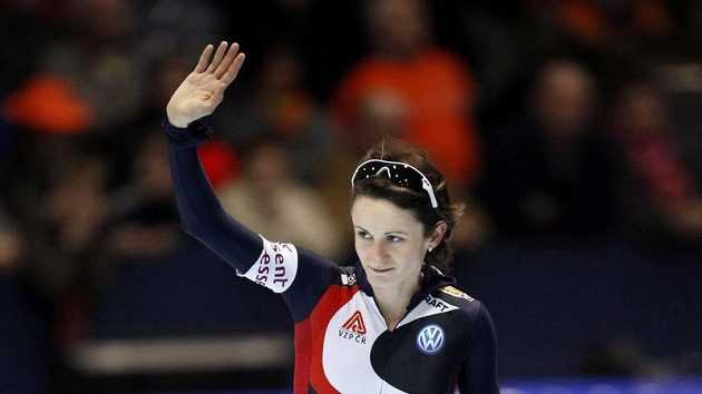 Rychlobruslařka Martina Sáblíková zdraví diváky v Heerenveenu, kde si na trati 1500 metrů dojela pro třetí místo.