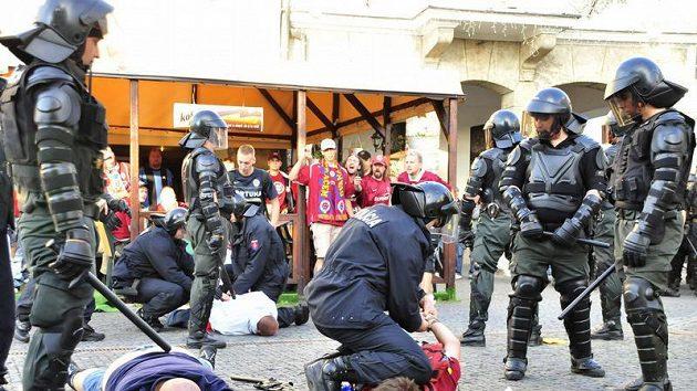Slovenští policisté zasahují proti některým z fanoušků Sparty v Žilině
