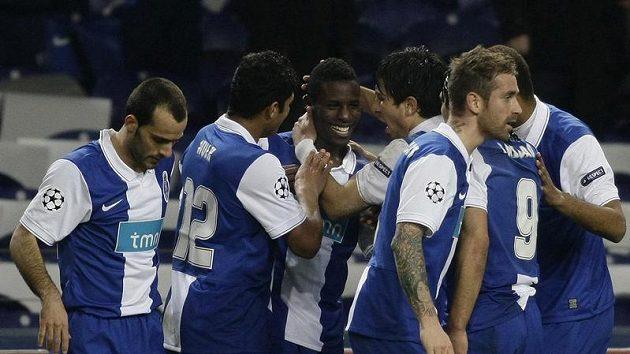 Fotbalisté Porta se radují z branky.