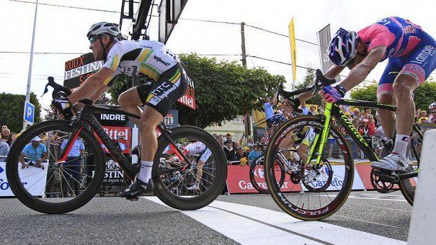 Mark Cavendish v cíli sedmé etapy Tour před Italem Petacchim