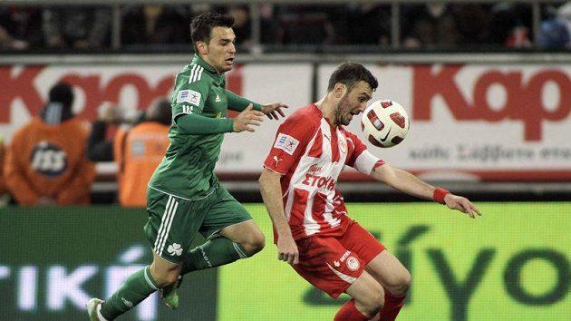 Fotbalista Olympiakosu Vassilis Torosidis (vpravo) se snaží ubránit dotírajícímu Sotirisi Ninisovi z Panathinaikosu.