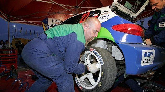 Výměna pneumatik Michelin na voze Štěpána Vojtěcha.