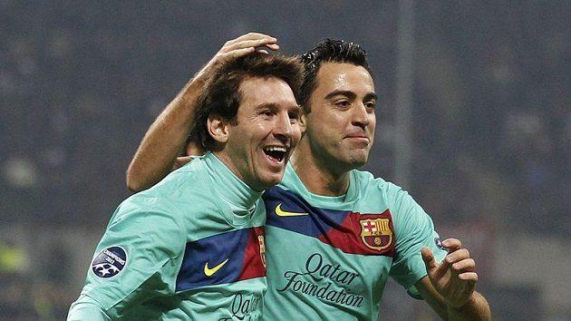 Barcelonští fotbalisté Lionel Messi a Xavi Hernandez se radují z gólu do sítě AC Milán.