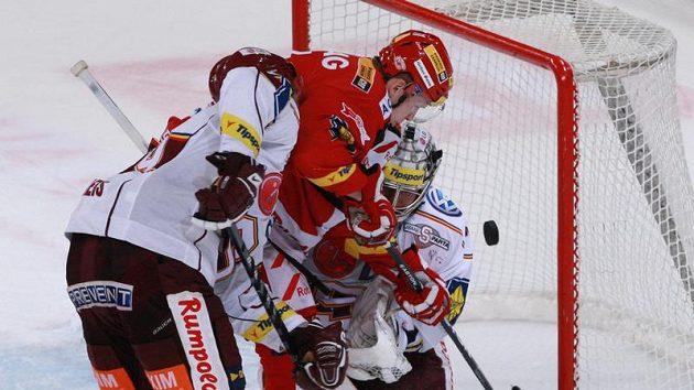 Slávista Tomáš Micka (uprostřed) se snaží překonat sparťanského brankáře Tomáše Pöpperleho.