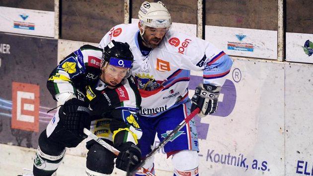 Chomutovský David Hruška (vlevo) se snaží zastavit Borise Žabku z Mladé Boleslavi.