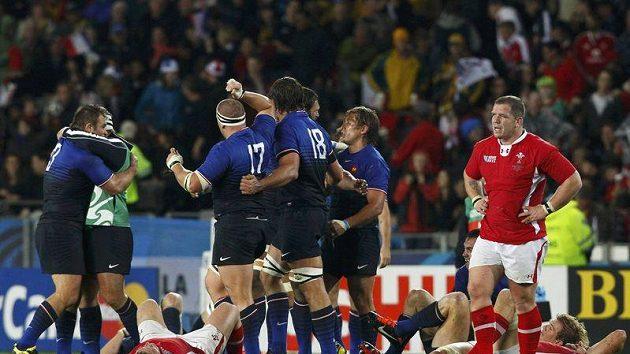 Francouzští ragbisté se radují z postupu do finále MS přes Wales.