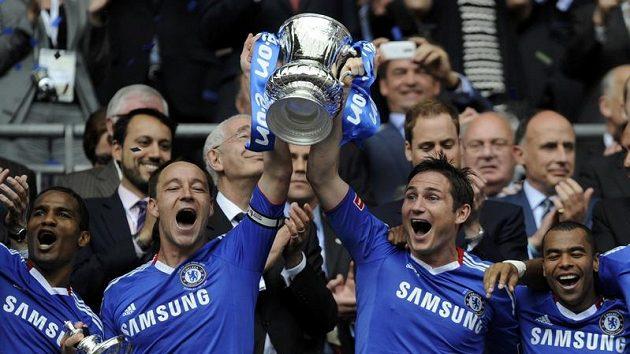 Fotbalisté londýnské Chelsea s pohárem.