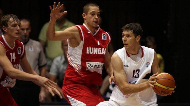 Vůdčí osobnost basketbalové reprezentace Petr Benda (vpravo).