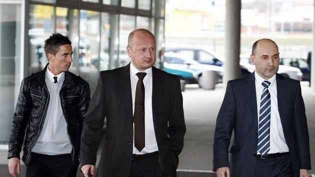 Milan Petržela (vlevo) přichází na disciplinárku s šéfem fotbalistů Plzně Adolfem Šádkem