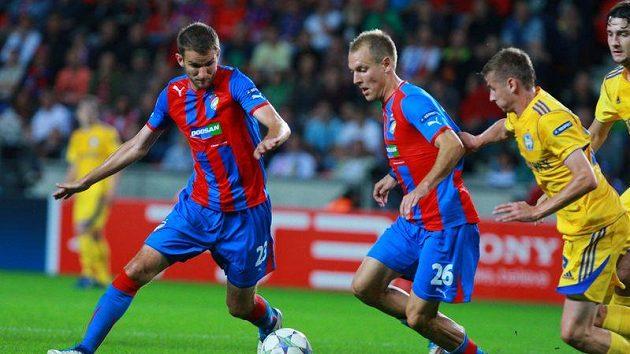 Plzeňští fotbalisté Marek Bakoš (vlevo) a Daniel Kolář kontrolují míč před dotírajícími hráči Borisova.