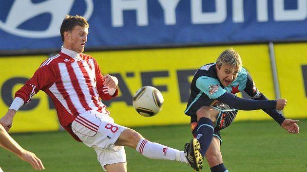 Střelu Jaroslava Černého ze Slavie (vpravo) se snaží zblokovat žižkovský Michal Houžvička.