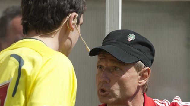 Rozčílený žižkovský trenér Ščasný (v čepičce) během utkání s Kladnem.