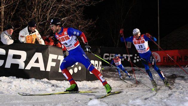 Lyžař Dušan Kožíšek (vlevo) během semifinálového sprintu Tour de Ski v Praze na Strahově v jedné ze zatáček, kde byl hluboký sníh.
