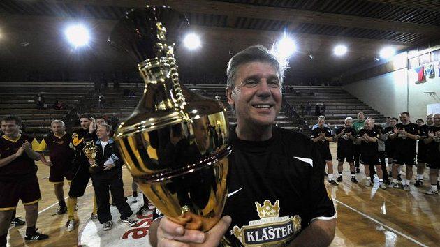 Josef Chovanec z týmu Nike přebírá vítěznou trofej na vánočním halovém turnaji fotbalových internacionálů v Edenu.