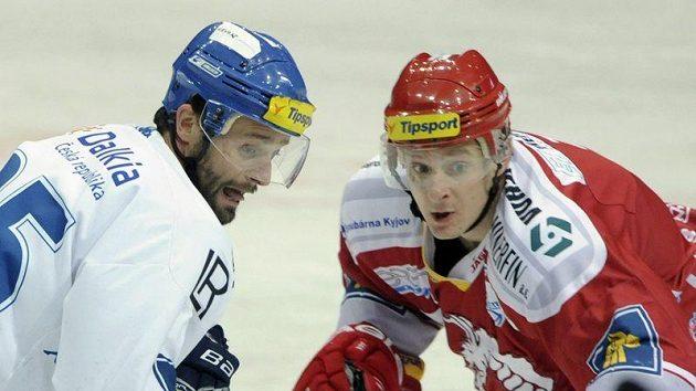 Vítkovický útočník Jiří Burger (vlevo) a obránce Třince Lukáš Zíb