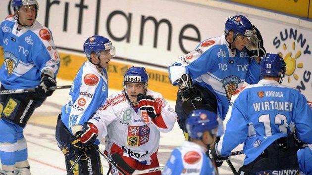 Petr Koukal slaví se svými spoluhráči gól do sítě Finska v úvodním utkání Channel One Cupu v Espoo.