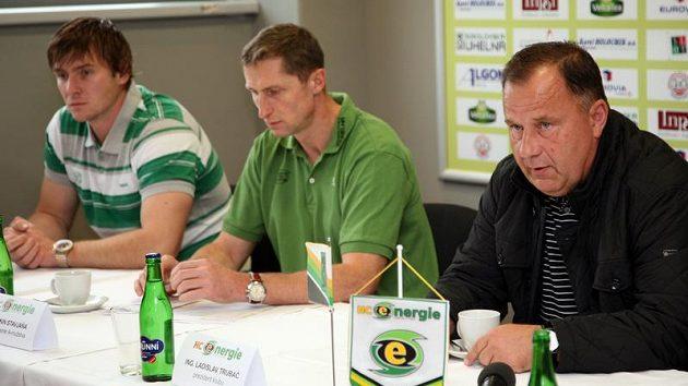 Kapitán Karlových Varů Václav Skuhravý (vlevo), trenér Antonín Stavjaňa (uprostřed) a prezident klubu Ladislav Trubač.