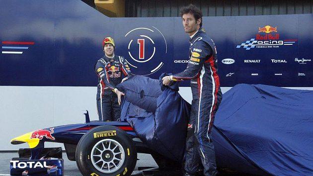 Piloti stáje Red Bull Sebastian Vettel (vzadu) a Mark Webber odhalují monopost RB7 pro sezónu 2011.
