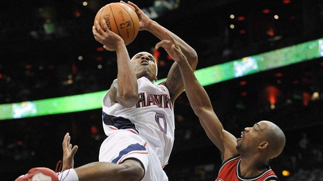 Basketbalista New Jersey Rafer Alston střílí koš Atlantě. The Hawks defeated the Nets 130-107. (AP Photo/Erik S. Lesser) (ČTK/AP)